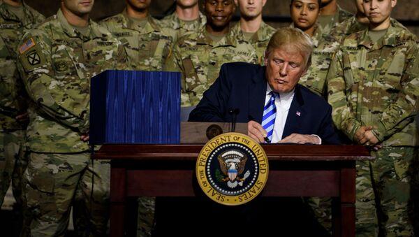 Donald Trump při podpisu obranného rozpočtu v srpnu 2018 - Sputnik Česká republika