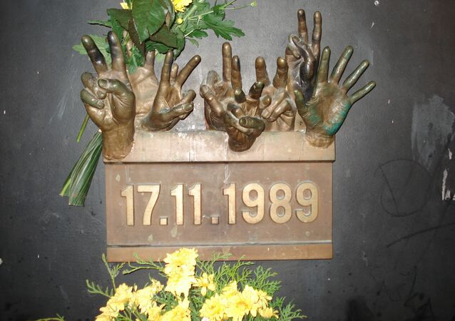 Pamětní deska ke dni 17. listopadu 1989, po čemž v Československu následovala sametová revoluce