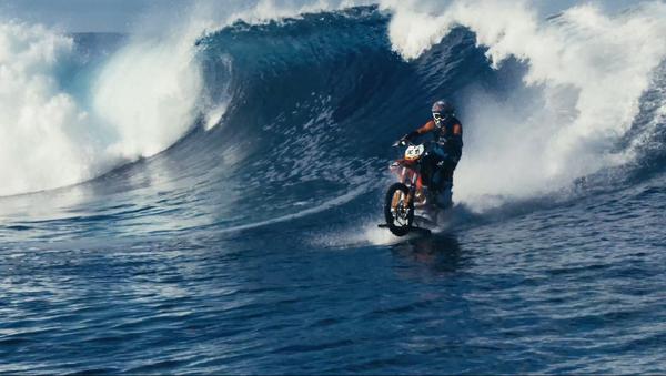Surfování na motocyklu v podání dvojníka Jamese Bonda - Sputnik Česká republika