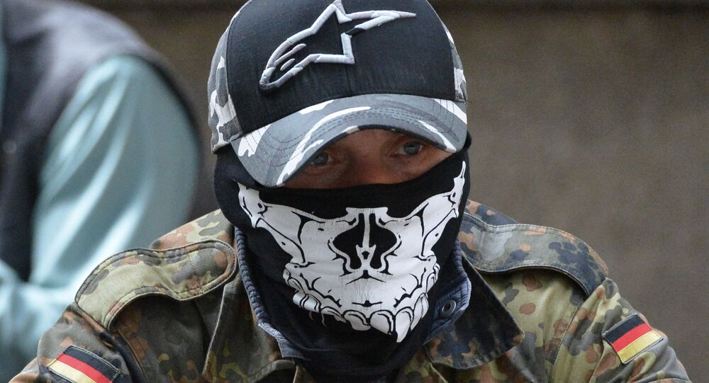 Příslušník pravého sektoru na mítinku u budovy administrativy prezidenta Ukrajiny