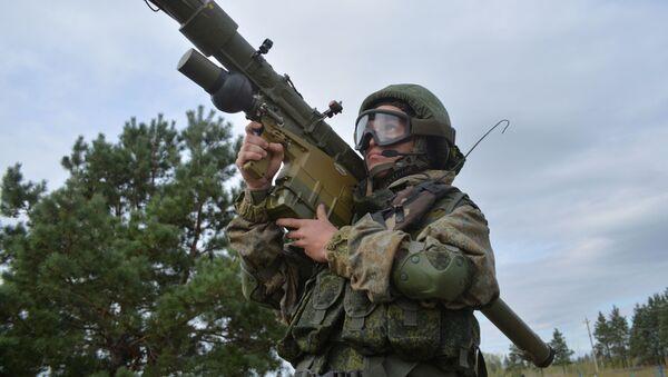Ruský voják s přenosným raketovým komplexem 9K38 Igla - Sputnik Česká republika
