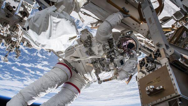 Выход астронавта НАСА Эндрю Фьюстела в открытий космос  - Sputnik Česká republika
