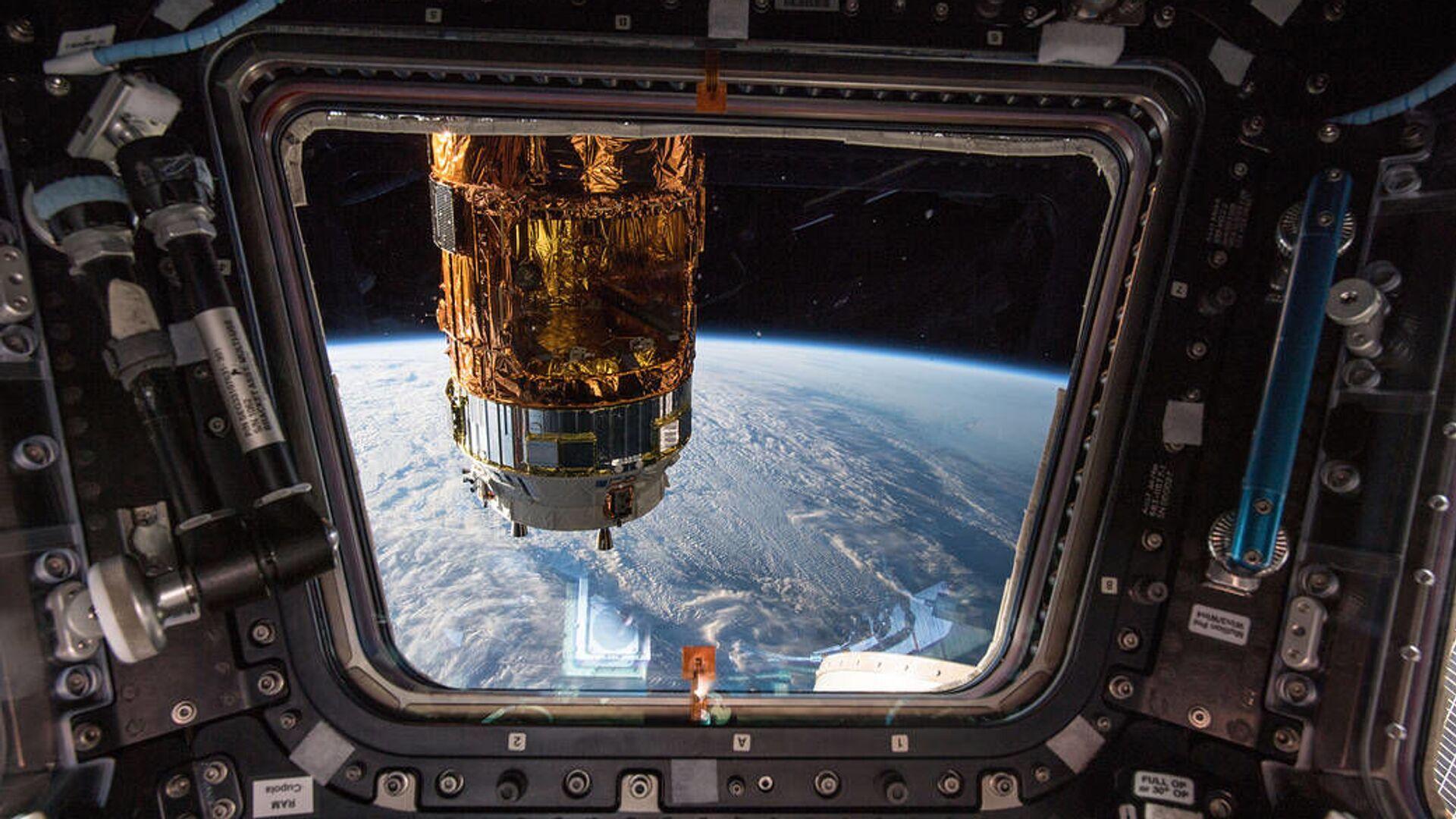 Pohled na japonskou vesmírnou nákladní loď H-II Transfer Vehicle a Zemi z ISS - Sputnik Česká republika, 1920, 31.08.2021