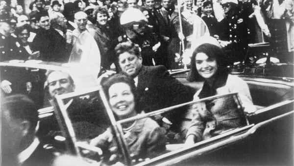 John F. Kennedy se svoji ženou Jacqueline na zadním sedadle prezidentské limuzíny v den vraždy v Dallasu - Sputnik Česká republika