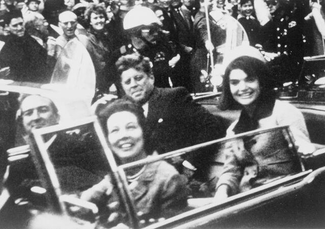 John F. Kennedy se svoji ženou Jacqueline na zadním sedadle prezidentské limuzíny v den vraždy v Dallasu