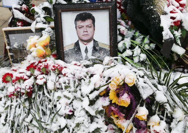 Květiny s portrétem pilota Olega Peškova na pohřbu v Lipecku