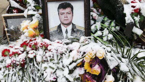 Květiny s portrétem pilota Olega Peškova na pohřbu v Lipecku - Sputnik Česká republika
