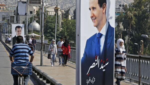 Plakát se syrským prezidentem Bašárem Asadem - Sputnik Česká republika