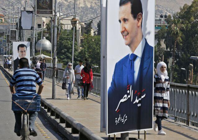 Plakát se syrským prezidentem Bašárem Asadem