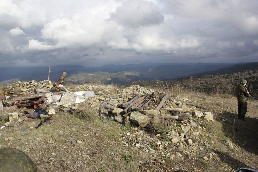 Trosky na místě havárie ruského letounu Su-24M a vrtulníku záchranného týmu v syrské provincii Latákie.