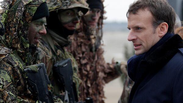 Francouzský prezident Emmanuel Macron během vojenských cvičení francouzské armády ve vojenském táboře.Reims - Sputnik Česká republika