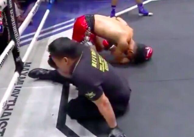 Knock out rozhodčího při boxu v Thajsku