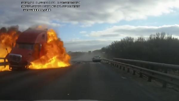 Explodující kamion na ruské dálnici - Sputnik Česká republika