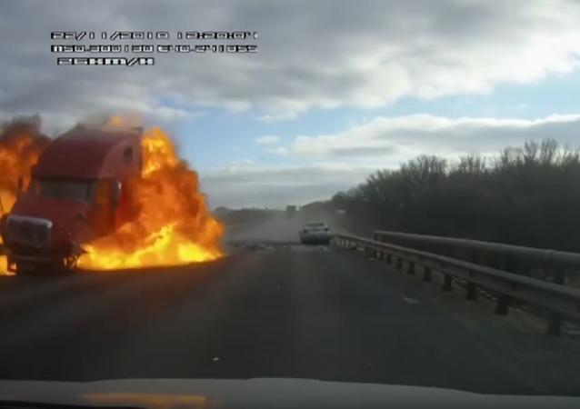 Explodující kamion na ruské dálnici