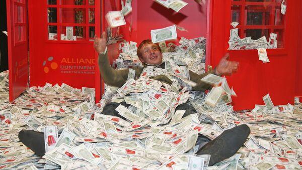 Papírky v podobě dolarů na výstavě Millionaire Fair - Sputnik Česká republika
