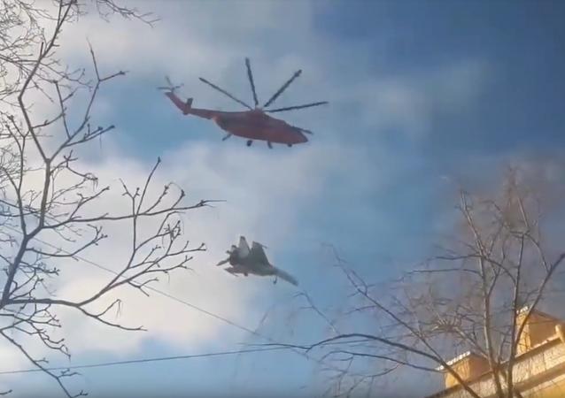 Vrtulník Mi-26 nese stíhačku Su-27