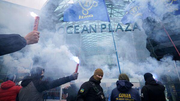 Mítink radikálů proti ruskému byznysu na Ukrajině před obchodním střediskem Ocean Plaza - Sputnik Česká republika