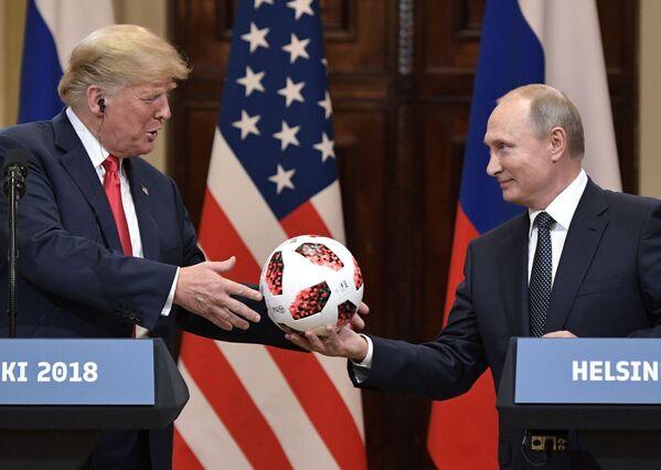 Ruský prezident Vladimir Putin a americký prezident Donald Trump na společné tiskové konferenci po setkání v Helsinkách - Sputnik Česká republika