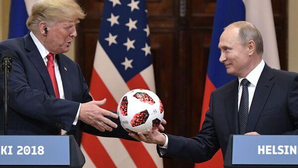 16. července 2018. Ruský prezident Vladimir Putin a americký prezident Donald Trump na společné tiskové konferenci po setkání v Helsinkách. - Sputnik Česká republika