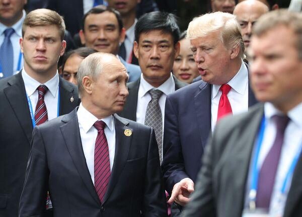 Vladimir Putin a Donald Trump na summitu APEC ve Vietnamu - Sputnik Česká republika