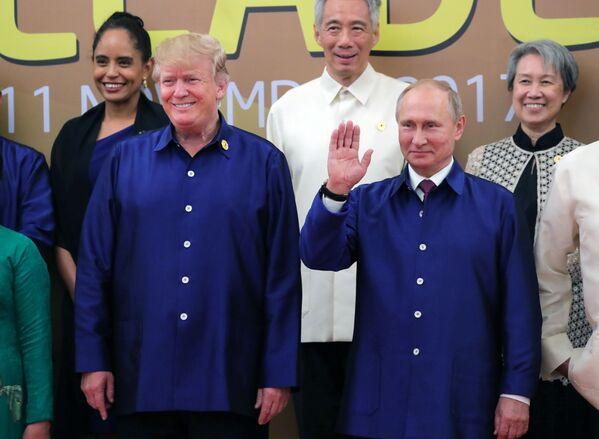 Americký prezident Donald Trump a ruský prezident Vladimir Putin v národním vietnamském oblečení na summitu APEC ve Vietnamu - Sputnik Česká republika