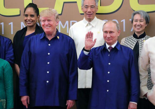 Americký prezident Donald Trump a ruský prezident Vladimir Putin na summitu APEC ve Vietnamu