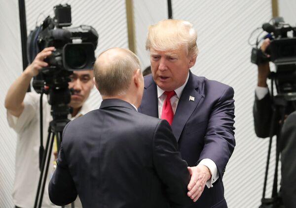 Vladimir Putin a Donald Trump před pracovním setkáním vedoucích představitelů fóra APEC - Sputnik Česká republika