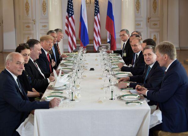Ruský prezident Vladimir Putin a americký prezident Donald Trump během rusko-amerických rozhovorů v prezidentském paláci v Helsinkách - Sputnik Česká republika