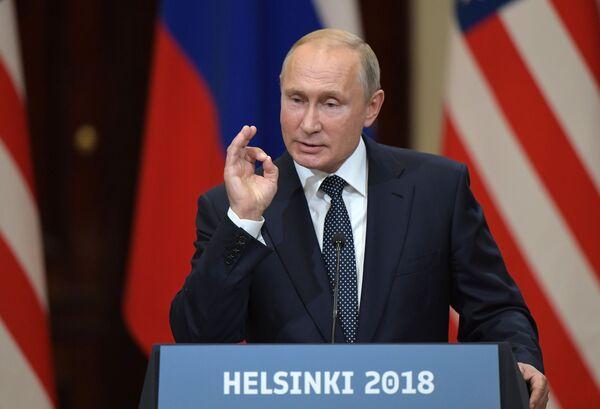 Vladimir Putin na společné tiskové konferenci s prezidentem Spojených států Donaldem Trumpem po setkání v Helsinkách - Sputnik Česká republika