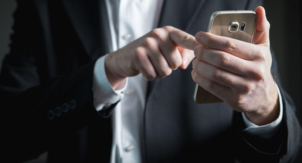 Muž se smartphonem
