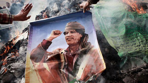 Obyvatelé Benghází podpalují portrét Muammara Kaddáfiho. - Sputnik Česká republika