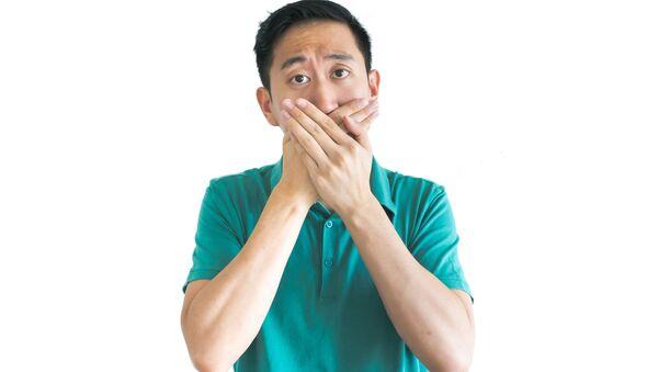 Asijský muž pokrývá ústa - Sputnik Česká republika