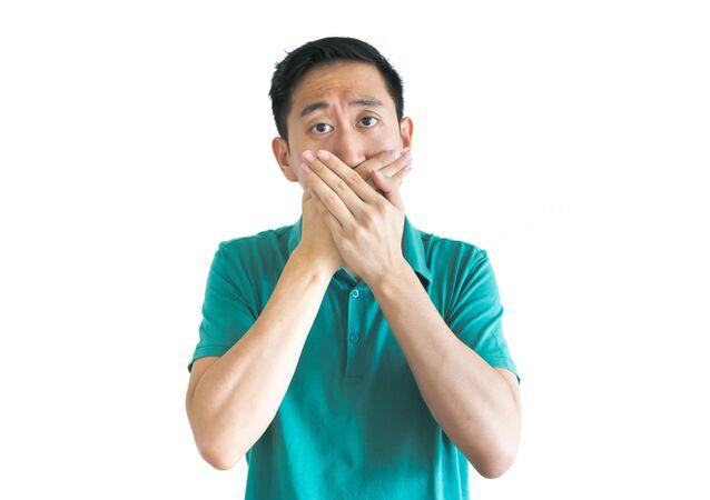 Muž zavře ústa