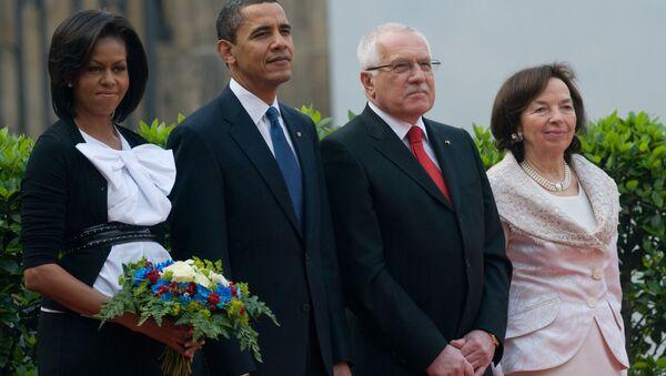Bývalý český prezident Václav Klaus (druhý zprava) a jeho manželka Livia Klausová stojí vedle prezidenta Spojených států Baracka Obamy a první dámy Michelle Obamové. Praha, 5. dubna 2009. - Sputnik Česká republika