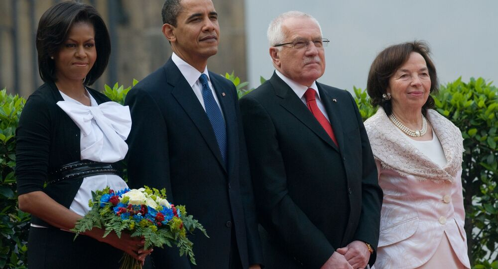 Bývalý český prezident Václav Klaus (druhý zprava) a jeho manželka Livia Klausová stojí vedle prezidenta Spojených států Baracka Obamy a první dámy Michelle Obamové. Praha, 5. dubna 2009.