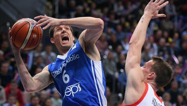 Kapitán českého týmu Pavel Pumprla v souboji s domácím Rusem Dmitrijem Kulaginem - Sputnik Česká republika