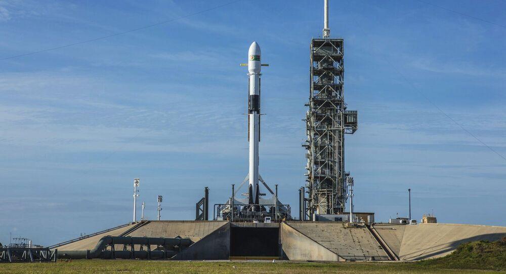 Nosná raketa Falcon 9 společnosti SpaceX na Kennedyho vesmírném středisku na Mysu Canavera (Florida)