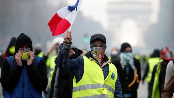 Maskovaní protestující ve Francii - Sputnik Česká republika