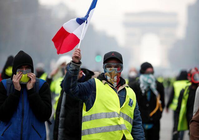 Maskovaní protestující ve Francii