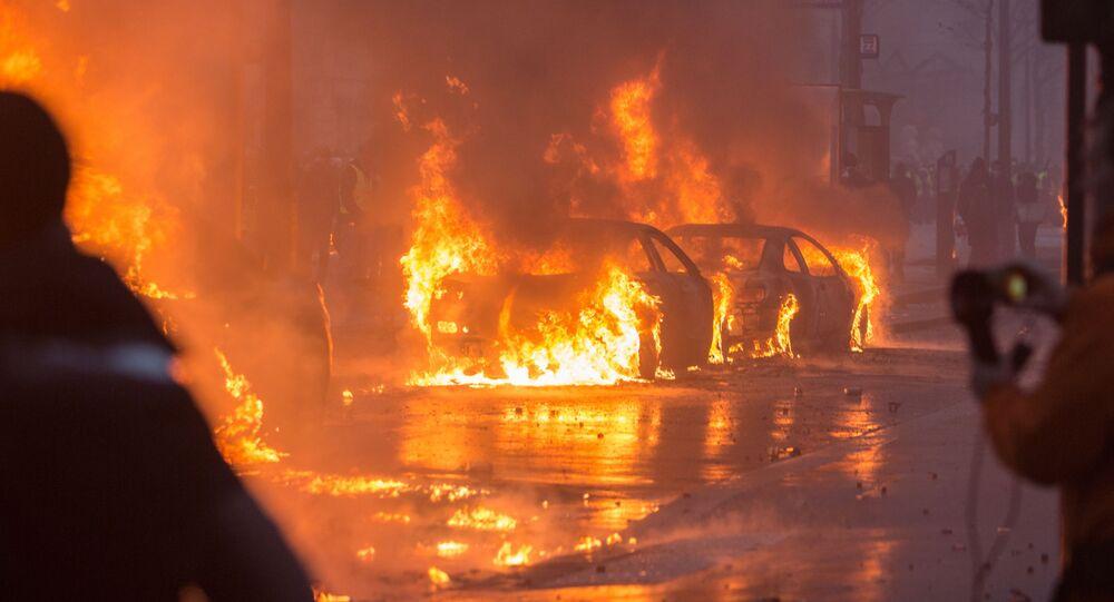 Hořící automobily během protestů proti reformám prezidenta Macrona, Francie, Paříž