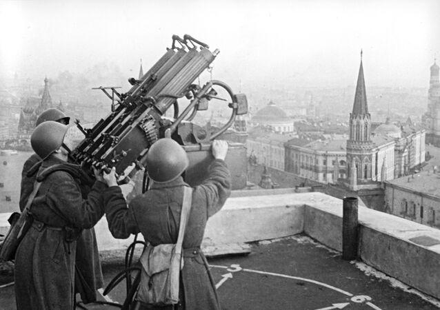 Sovětská protiletadlová děla na střeše hotelu Moskva. 15. říjen 1941