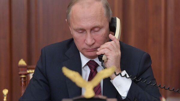 Президент РФ Владимир Путин во время телефонного разговора. Архивное фото - Sputnik Česká republika