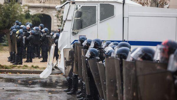 Policie během protestů žlutých vest v Paříži. Ilustrační foto - Sputnik Česká republika