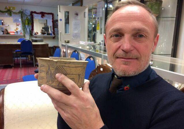 Angličan si na bleším trhu náhodou koupil 4000letou číši