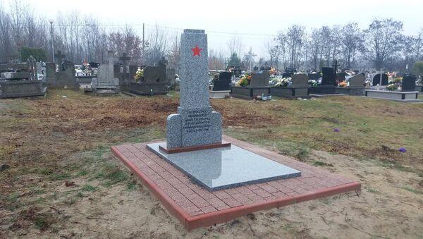 Opravený památník v polské Goryni - Sputnik Česká republika