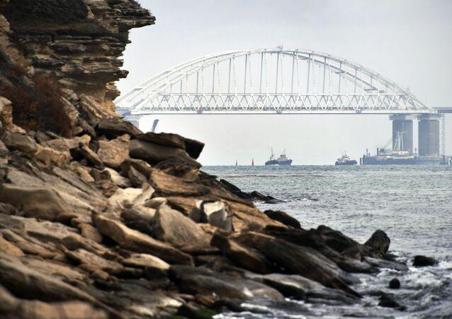 Lodě pod Krymským mostem