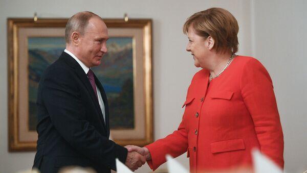 Ruský prezident Vladimir Putin a německá kancléřka Angela Merkelová na summitu G20 v Buenos Aires - Sputnik Česká republika