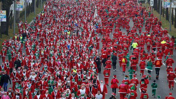 Běh Santa Klausů v Madridu - Sputnik Česká republika