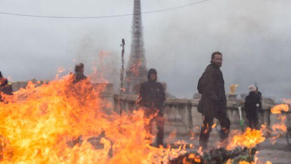 Účastníci protestních akcí v Paříži - Sputnik Česká republika