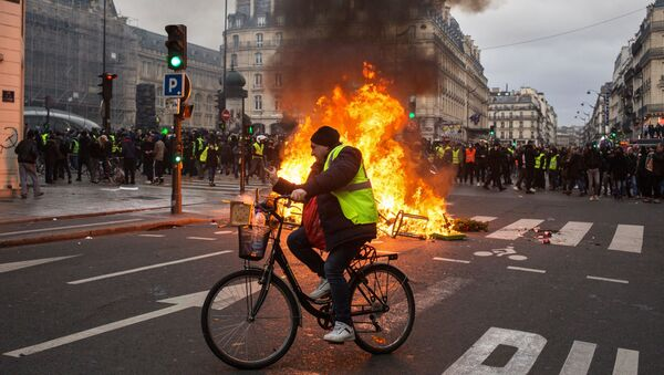 Účastníci protestů v Paříži - Sputnik Česká republika